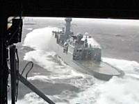 すげえ。荒れた海を行く巡視船にヘリコプターを着艦させるパイロット。MH-60Rシーホーク