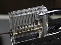 透けて見える南京錠で鍵の仕組みを解説。これであなたもピッキングマスターに。