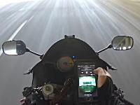バイクに乗りながらスマホを操作しようとしたライダーが激痛いことになる車載。