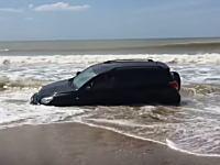 どうしてこうなった(´・_・`)ビーチの波打ち際で完全にスタックしてしまったトヨタ車。