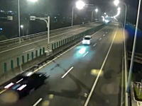 こんな事故どうして起きるの。高速走行中の2台が正面衝突してしまう瞬間。