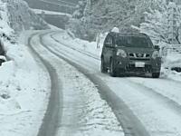 もう山梨県ではこんな大雪になってんのか。県道24号線で妻絶叫!な突き刺さり事故。