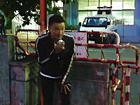 山本太郎(メロリンQ)議員がオキナワ国の抗議活動家の仲間として警察署の前で大騒ぎ。