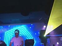 クラブのレーザー光線が直撃してiPhoneがぶっ壊れた動画が話題に。