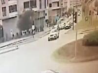 交差点信号をフライングスタートしたBMWが引き起こした悲惨な事故のビデオ。