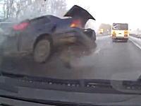 ぎゃー怖い(°_°)ロシアで撮影された逆走車との正面衝突事故に巻き込まれた車載