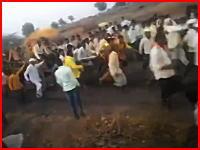 インドのお祭りで起きた恐ろしい事故。台車を押していた男が転倒して何度も踏まれる。