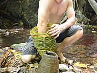 原始生活の人、漁をして食事をしはじめる。もちろん道具は手作り。