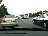 高速道路で事故通行止め。パトカーの指示に従って逆走していく車載ビデオ。