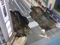 どどどーん。博多駅前の道路が陥没する瞬間の映像がすごい。