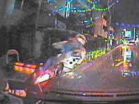 お客さんを拾おうと急に寄せたタクシーがバイクの兄ちゃんをぶっ飛ばす