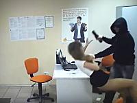 若い受付の女の子を容赦なくボコる(@_@;)ロシアの強盗がおそロシア。
