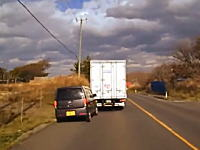 キチガイすぎるwww片側1車線の道路で鬼のように煽りまくる日産オッティ