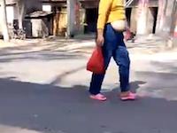 垂れすぎwww中国の路上でおっぱおが垂れまくってる女性が撮影される。