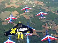 フランス空軍のアクロバットチームと人間飛行機が一緒に飛んでみた。これはCGではない。