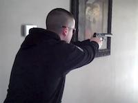 室内で拳銃を撃つ時のサプレッサーの有効性。22口径から45口径の拳銃の発砲テスト。