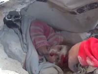 シリアの現状。破壊された建物の瓦礫の中から掘り出される子供達。