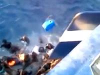 定員オーバーの難民船が漁船に群がっている様子。すでに溺死している難民も。