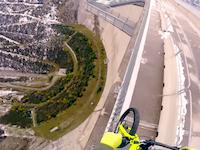 バランスを崩せば99%死亡。GoProコンテストのために命をかけた自転車バランシング。