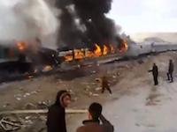 駅の近くに停車していた急行列車に後続が突っ込み44人が亡くなった事故の現場。イラン。