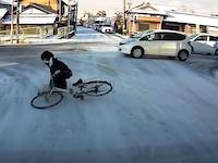 雪道でツルツル転倒しまくる女子高生の動画が人気にwww誰か助けてあげてwww
