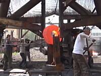 中国の鉄工所の作業がなんかすごい。鍛造チームの技術はなかなかじゃないかな。
