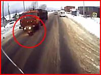 そのタイミングで飛び出すのは馬鹿じゃないのか。27歳の女性がトラックにはねられる瞬間。