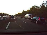 テスラのオートパイロットが目の前で起きた事故を危なげなく回避。動画が人気に。