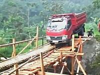 そこは無理だろwww明らかに貧弱な橋を渡ろうとしたダンプカーが(°_°)