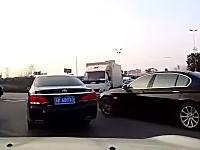 MINIvsBMW。左折渋滞で外から被せるBMWとそれを譲らなかったMINIが(´・_・`)