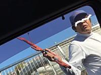このおっさんの武器は何だ?交通トラブルで武器を持ったおっさんに襲われた動画。