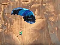 崖からのベースジャンプに失敗するも幸運により助かった男のビデオ。