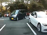 アクセルとブレーキの踏み間違いか?駐車場で思いっきり突っ込まれたリア車載カメラ。