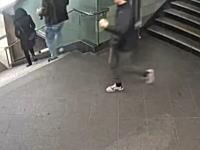 【DQN】若い男のグループが26歳の女性を階段から蹴落とす映像が公開され炎上中。