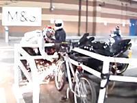 目の前で他人のバイクが盗難されようとしているのを防ごうとした勇気ある男性のビデオ。