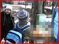 ロシアの残忍さは子供のころからか。楽しそうにネコを叩きつける子供たちの映像がアップされる。