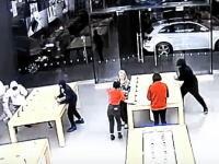 営業中に強奪。週に2度も襲われてしまったアップルストアの監視カメラ映像。