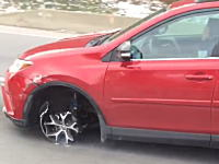 タイヤを失ってホイルとディスクを削りながら走るRAV4が目撃される。おいおばちゃん(´・_・`)