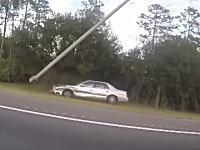 発作か?高速道路で街灯ポールに衝突しそれをなぎ倒しながらも走行を続けるセダンが撮影される。