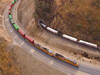 カリフォルニア州にある長距離貨物列車用の巨大なループ線路を空撮したビデオが面白い。