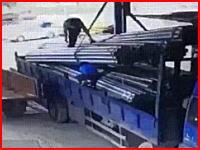 圧死。吊り上げた荷物の下に潜りこんでいた作業員が潰されてしまう瞬間の映像。