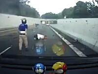 こんなの無理げー(@_@;)逆走してきた暴走車に吹っ飛ばされた二人乗りスクーター。
