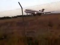 離陸に失敗したボーイング727型機が墜落。その映像が公開される。生存者1名。