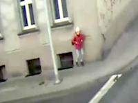 これは運が良かったギリギリ動画。街灯ポールによって命を救われた若い女性。