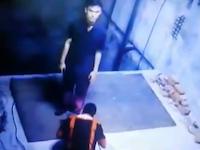 うわあ(@_@;)エレベーターシャフトの上で作業していた男性がふらついて落下して死ぬ。