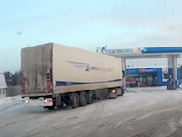 爆弾かよ(((゚Д゚)))トラックのタイヤが破裂する瞬間の映像がやばいwww