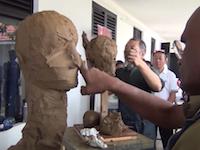 彫刻(塑像)のデモンストレーション。粘土の塊で人物像を作っていくビデオがすごい。