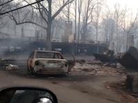 山火事が去った後のガットリンバーグの風景。焼失した建物や車など。