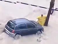 洪水から愛車を守ろうとして流されて亡くなってしまった男性の映像。
