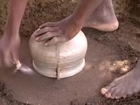 完璧なリサイクル。アルミの鍋を溶かして新品のアルミ鍋に作り変える方法。